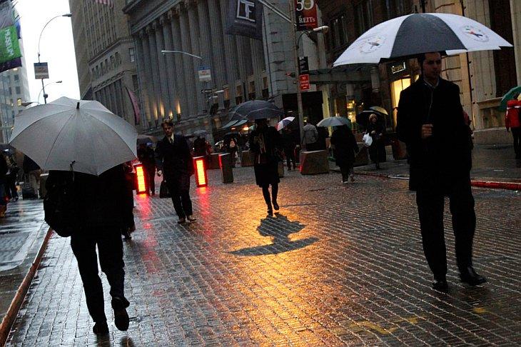Небольшой дождик на Уолл-стрит в Нью-Йорке в четверг, 4 ноября 2010 года