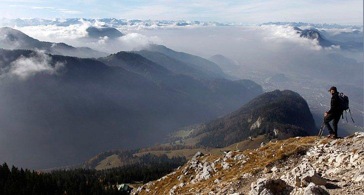 Путешественник стоит перед Альпами
