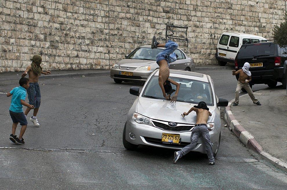 Израильский водитель сбивает палестинца в маске