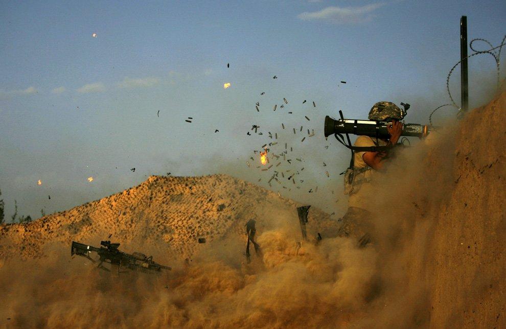 Американский солдат стреляет из гранатомета АТ-4