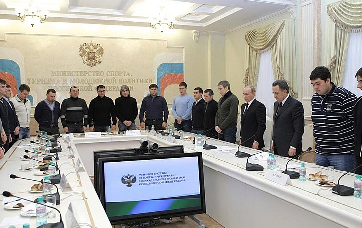 Путин встретился с футбольными фанатами и побывал на могиле Свиридова