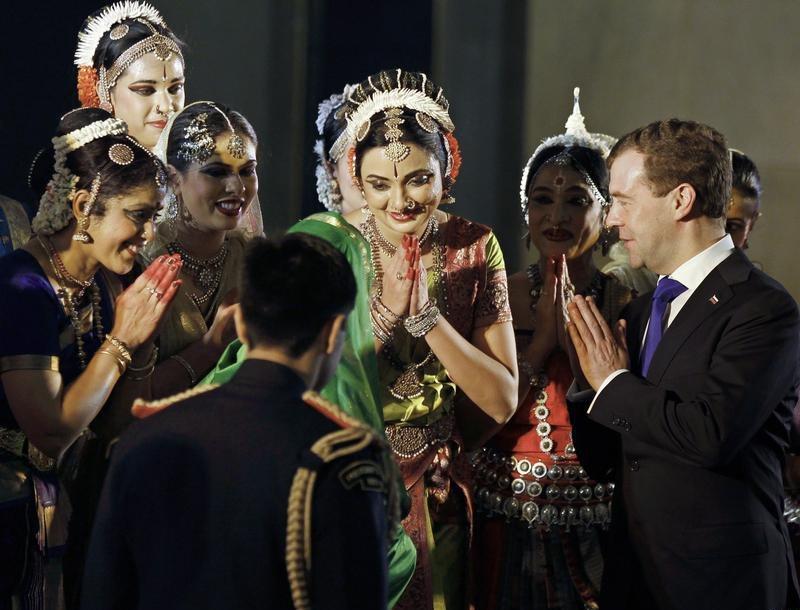 Медведева приветствует женщины в традиционных индийских костюмах