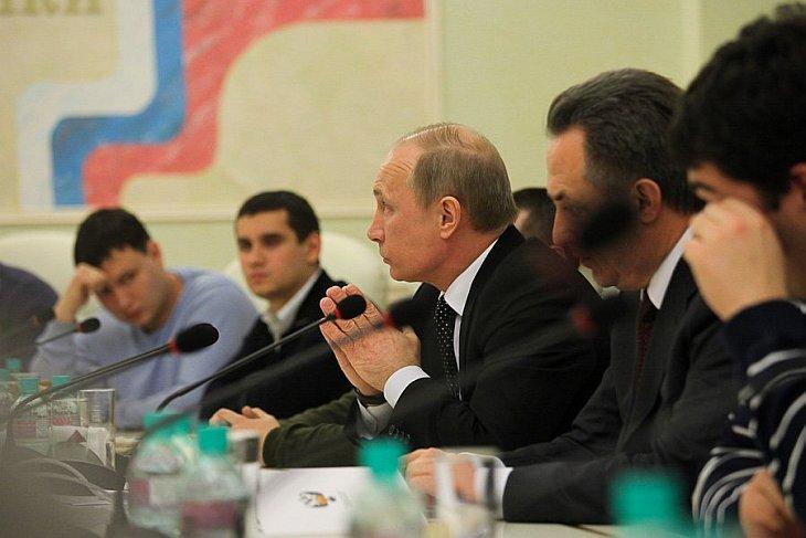 Путин встретился с представителями организаций футбольных фанатов