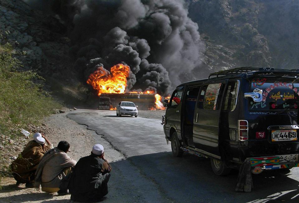 Горящий бензовоз НАТО, подорванный боевиками «Талибана» в Пакистане