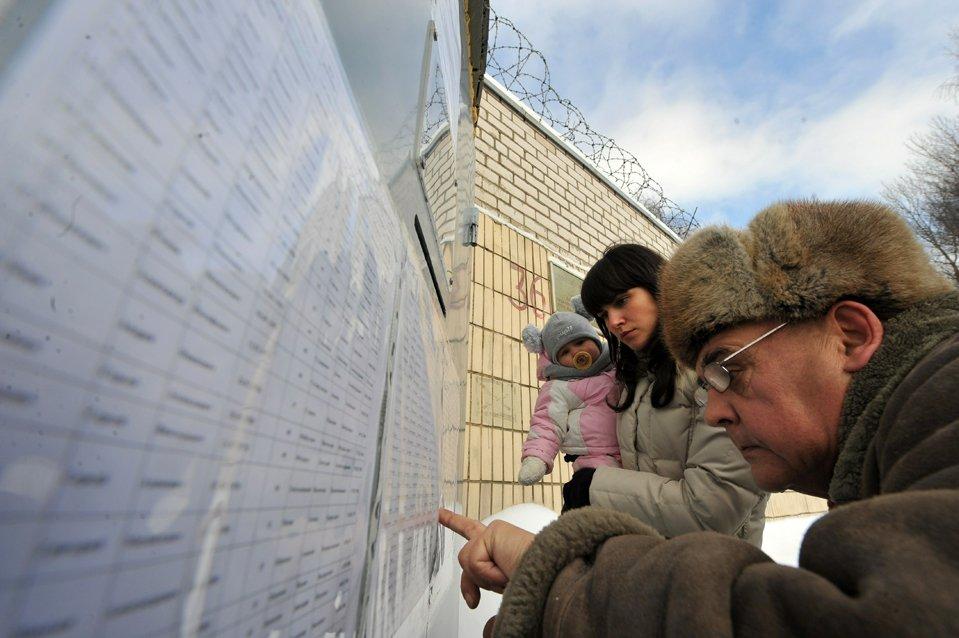 Родственники проверяют имена заключенных, задержанных во время митинга против переизбрания президента Александра Лукашенко
