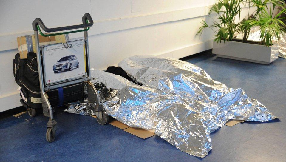Пассажиры спят на полу в аэропорту Хитроу в Лондоне
