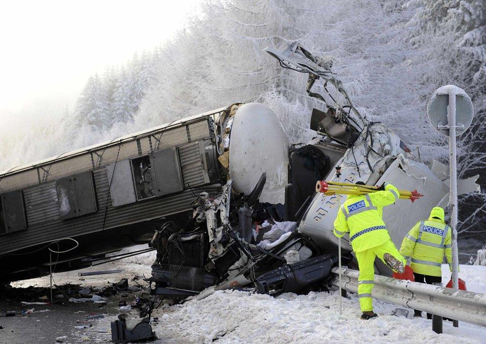 Три грузовика столкнулись на обледенелой дороге в Пертшире, Шотландия