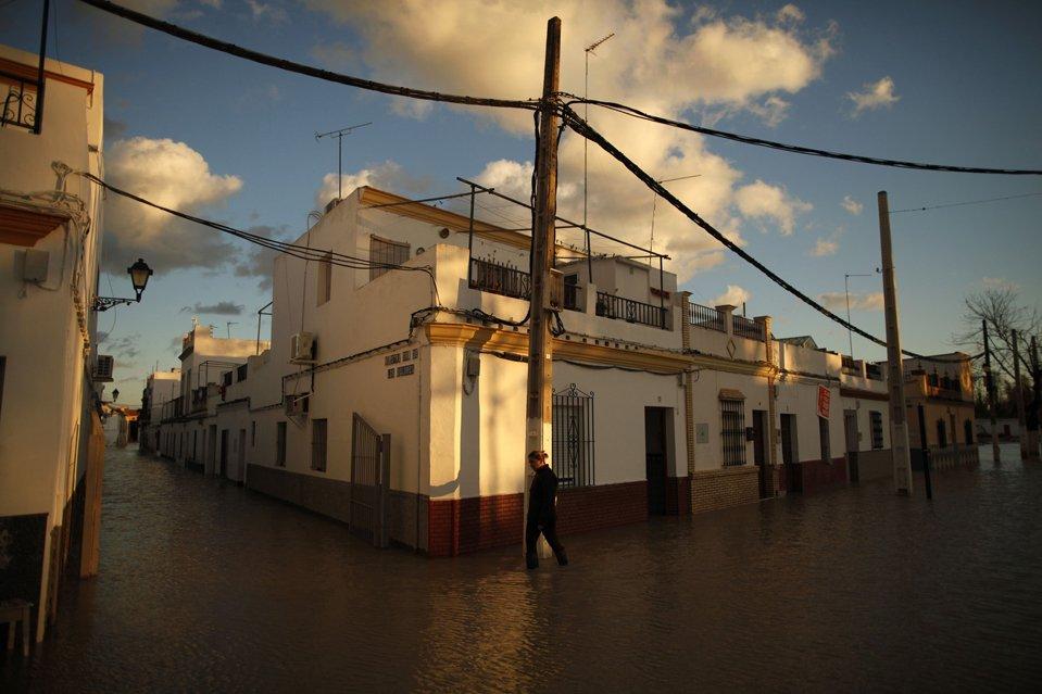 Затопленная улица после проливных дождей в Лора-дель-Рио,  Испания