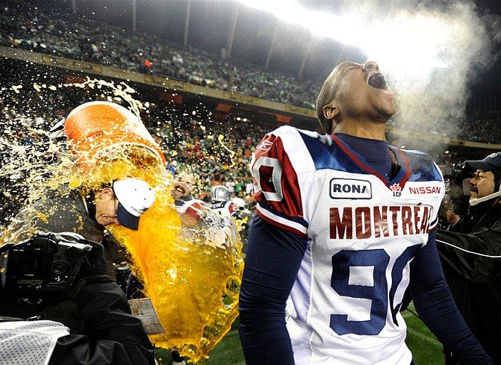 Команда Montreal Alouettes празднует победу в матче по канадскому футболу