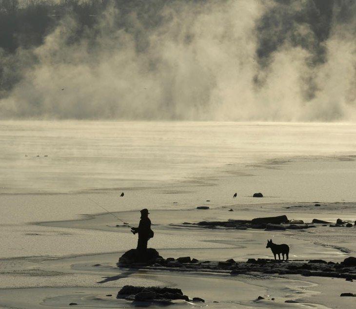 Одинокий рыбак на берегу Москва-реки