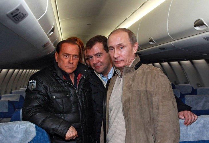 4 декабря 2010, Владимир Путин, Сильвио Берлускони и Дмитрий Медведев на борту самолета Sukhoi Super Jet 100 в аэропорту Сочи