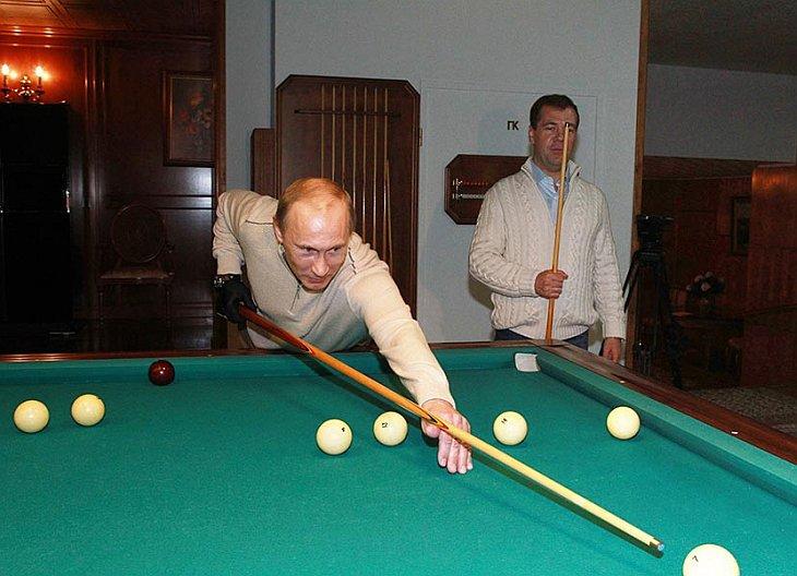 Дмитрий Медведев и Владимир Путин сыграли в бильярд