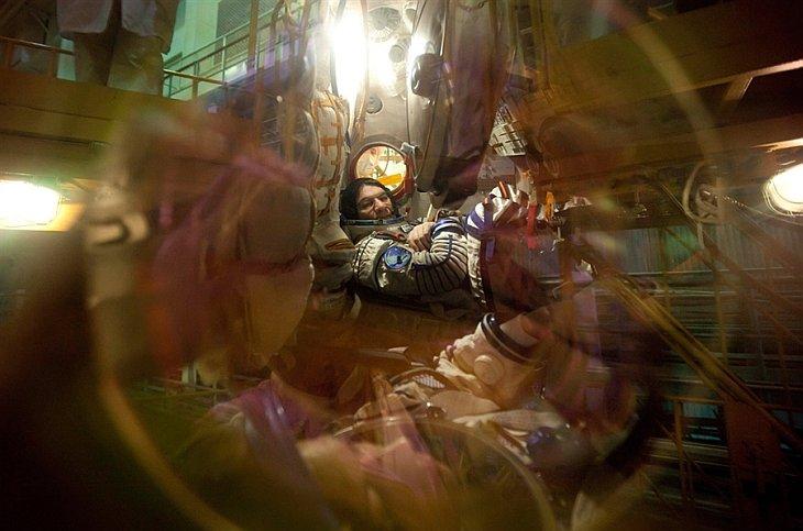 Астронавт Европейского космического агентства Паоло Несполи Анджело сидит внутри корабля «Союз ТМА-20» на космодроме «Байконур» 4 декабря 2010 в Казахстан