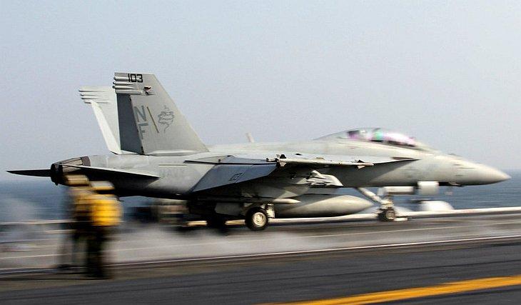 30 ноября 2010 атомный авианосец ВМС США «Джордж Вашингтон» и южнокорейский эсминец проводят совместные учения в Желтом море