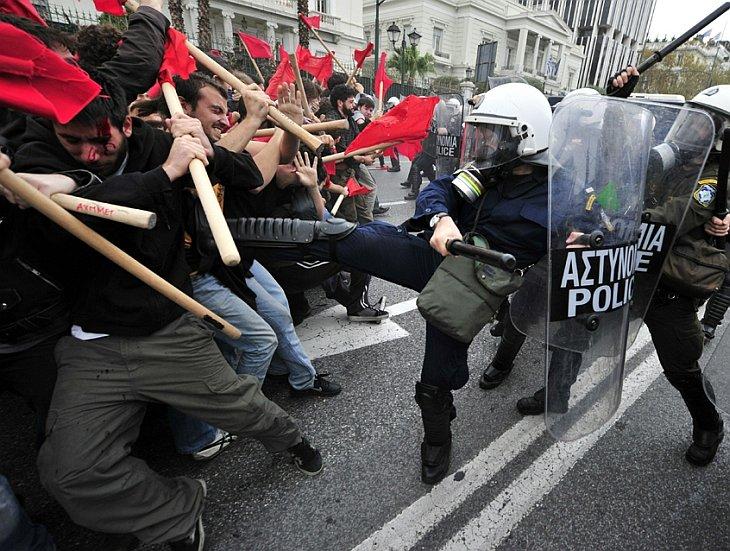 Столкновения протестующих студентов с полицией произошли в Греции 2 декабря 2010