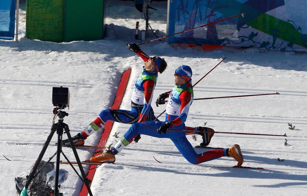Красивый фотофиниш российских лыжников Никиты Крюкова и Александра Панжинского