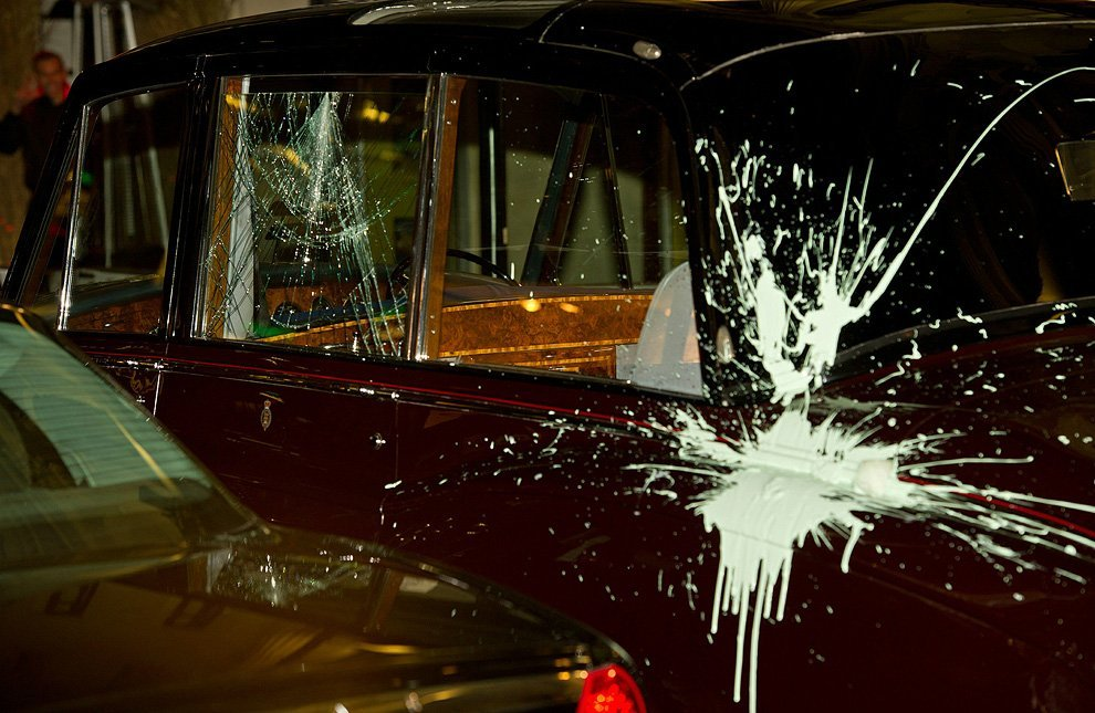 Студенты напали на автомобиль Принца Чарльза