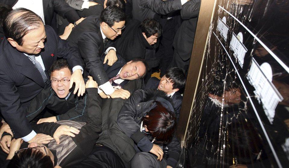 8 декабря 2010 члены правящей Сеула подрались с оппозицией