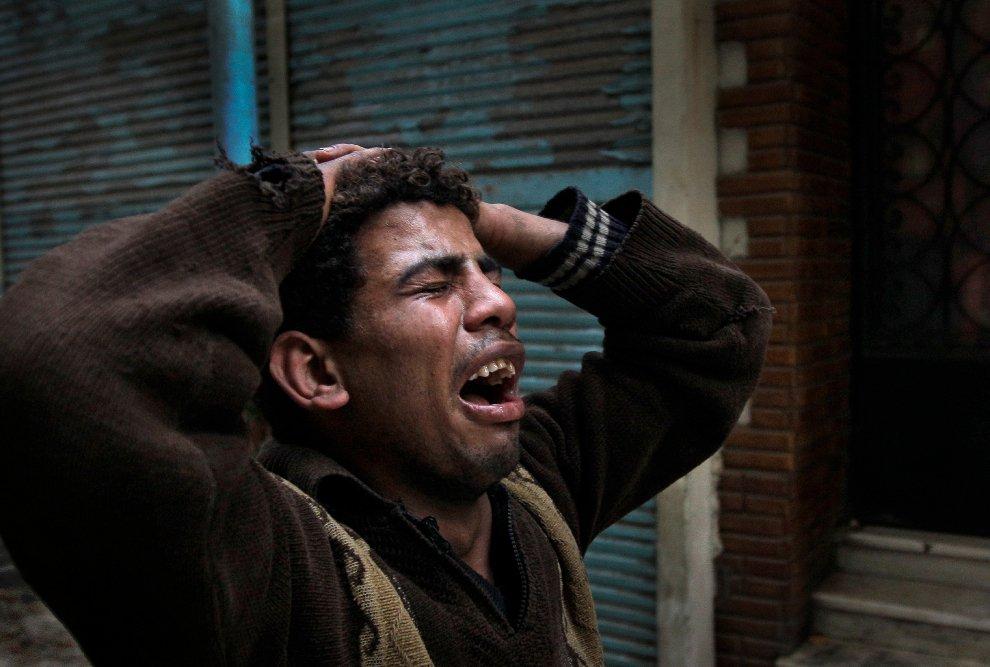 Момент, когда один из протестующих увидел застреленного полицией соратника