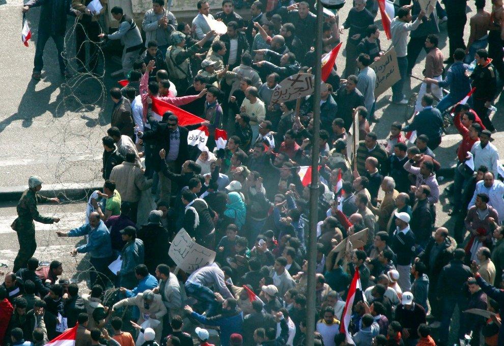 Солдаты армии пытаются сдерживать тысячи сторонников президента Хосни Мубарака