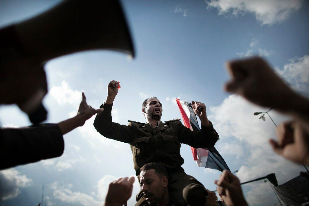 Армейский капитан держит национальный флаг