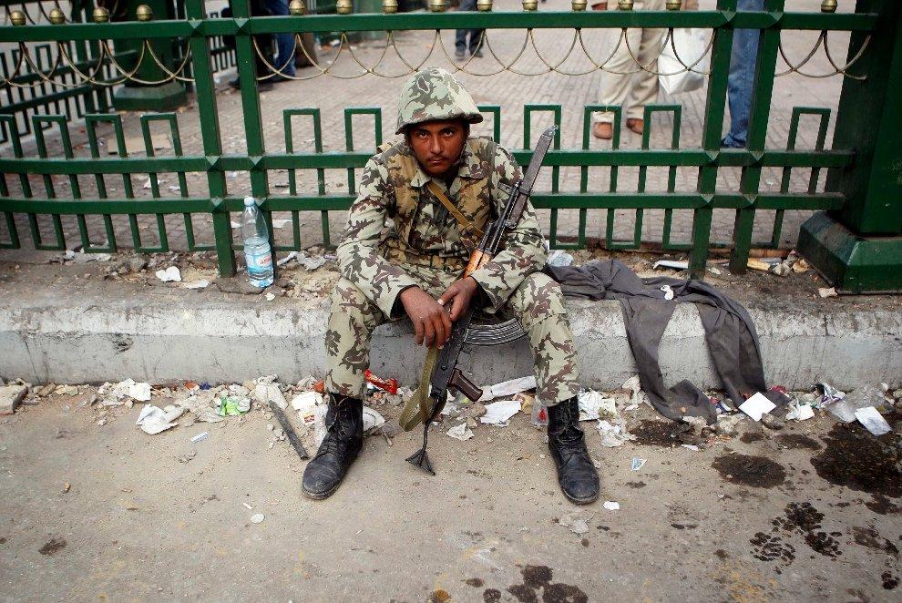После столкновений с протестующими солдат отдыхает на обочине