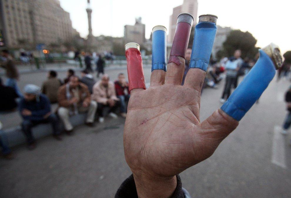 Стрелянные гильзы на пальцах демонстранта
