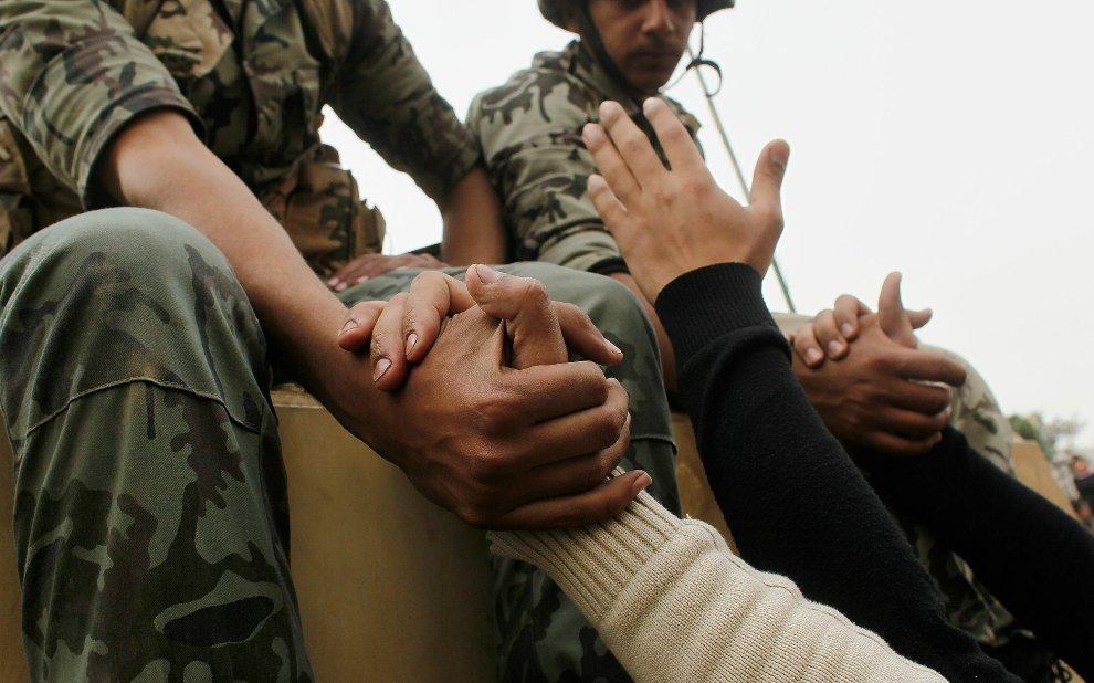 В некоторых частях страны протестующие горячо встречают солдат