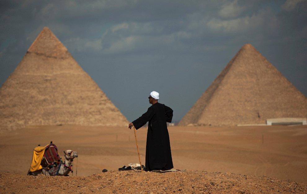 Погонщик верблюдов остался без работы у пирамид в Гизе