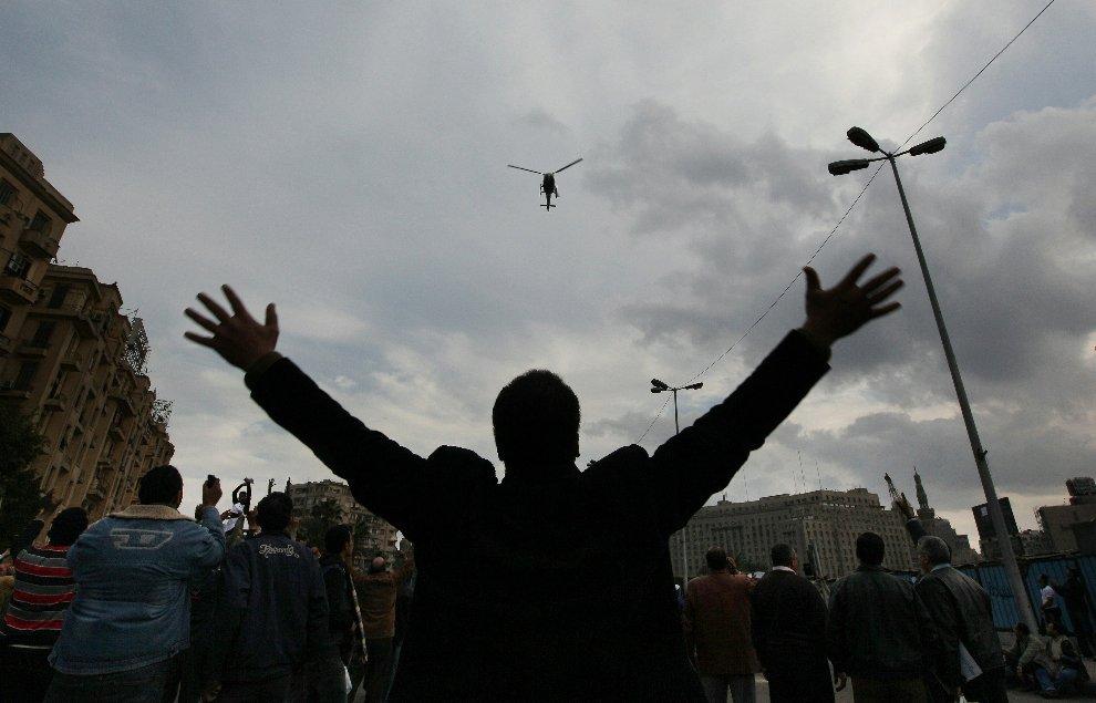 Низколетящий полицейский вертолет над площадью Освобождения в Каире