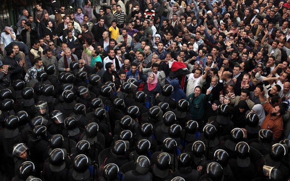 Десятки тысяч протестующих забрасывали камнями полицию