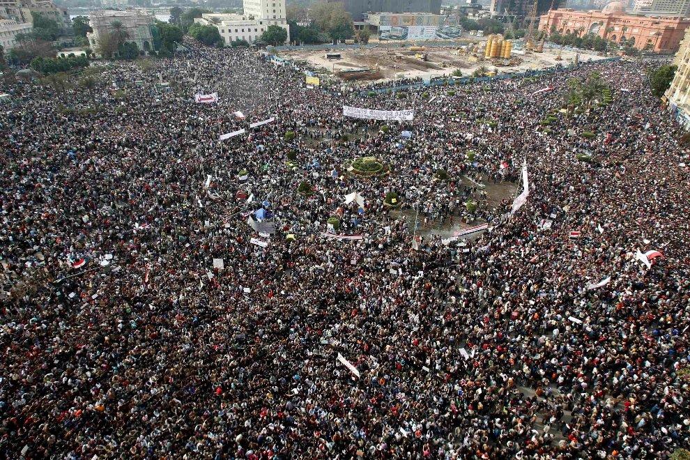 Около 250 000 египтян, от студентов до докторов и бездомных, собрались на площади Освобождения в Каире