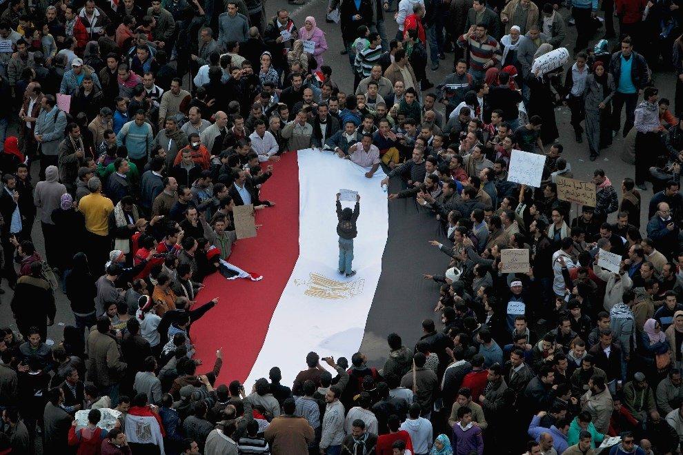 Национальный флаг Египта на площади освобождения в Каире