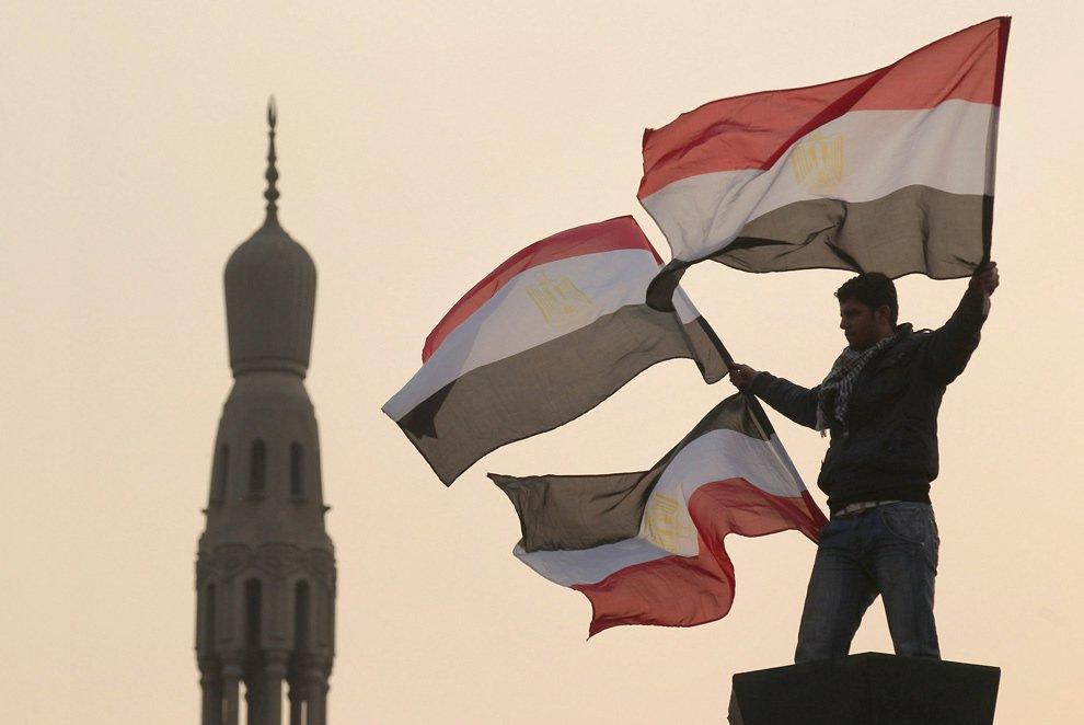 Протестующий с национальными флагами