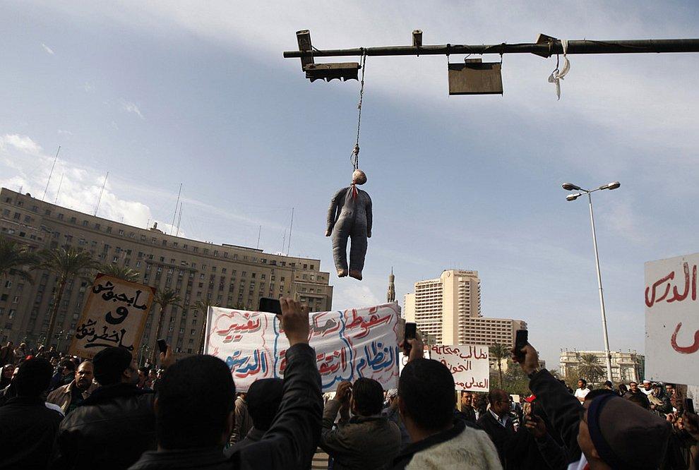 Импровизированная виселица для президента Египта Хосни Мубарака
