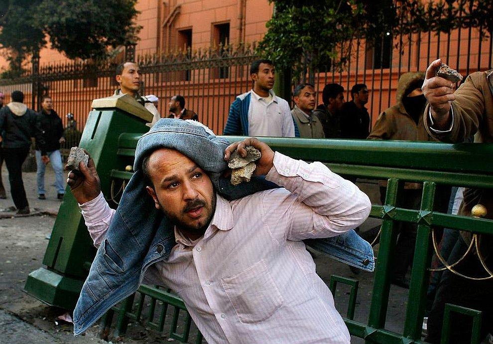 Сторонники и противники президента Хосни Мубарака забрасывают друг друга камнями
