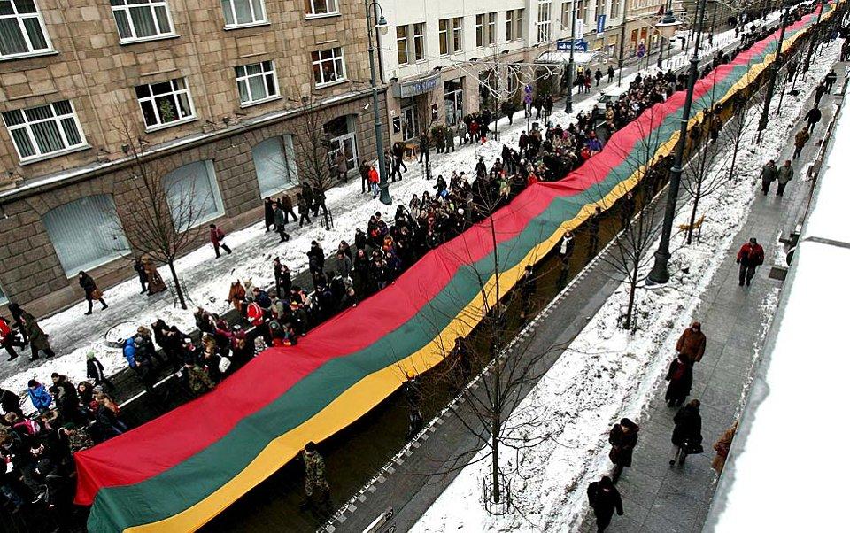 Рекордный для Литвы 200-метровый флаг страны несли ученики литовских школ с учителями