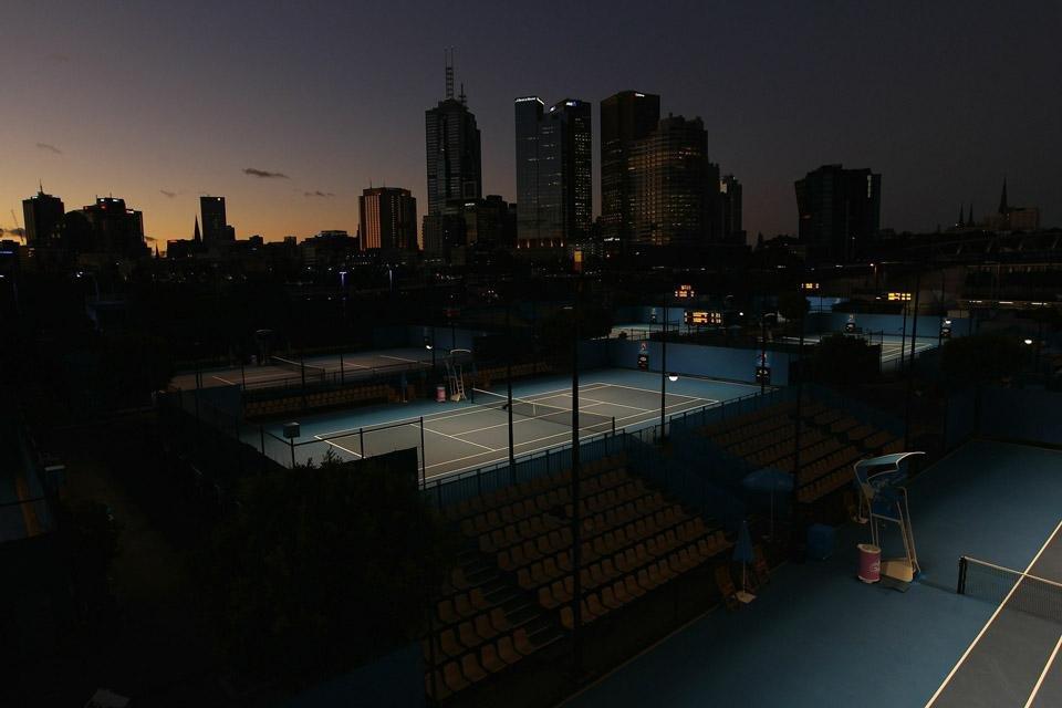 Ночной вид на пустые корты и небоскребы Сиднея