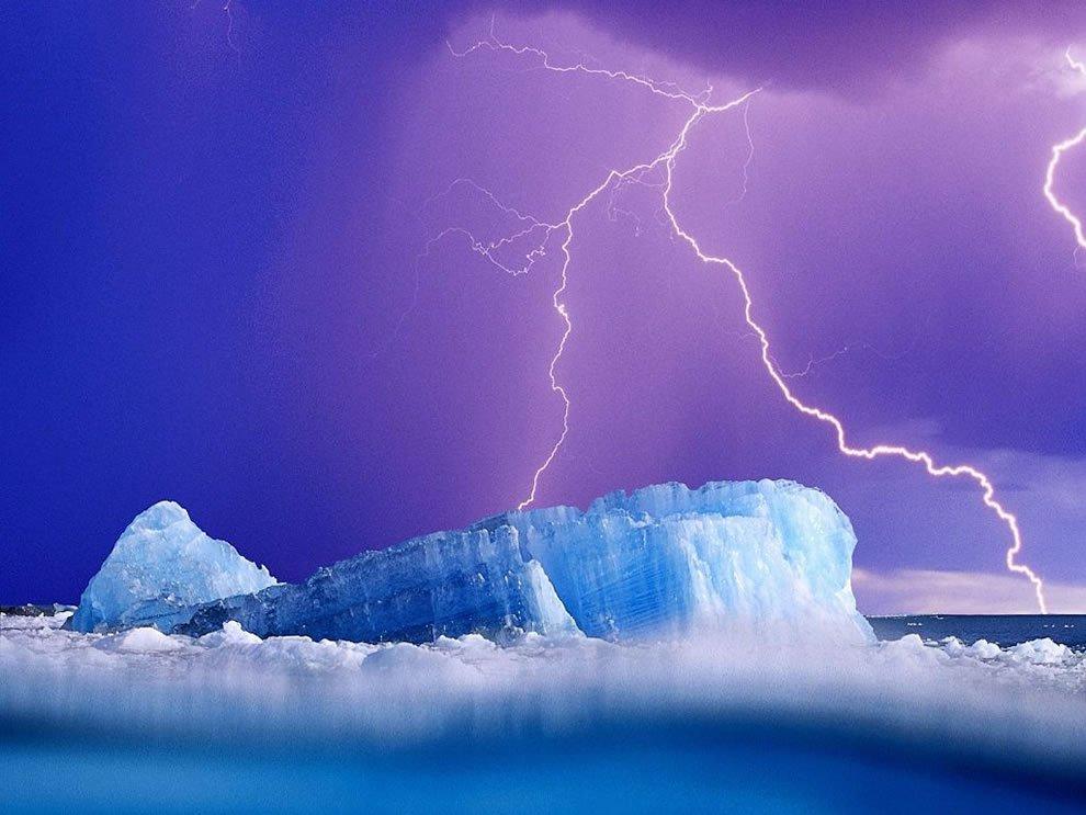 Молния бьет в айсберг