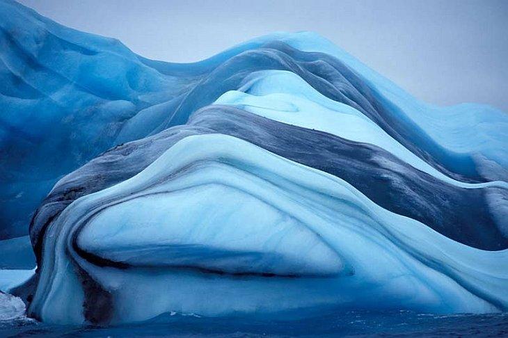 Разноцветный айсберг с красивыми голубыми полосами