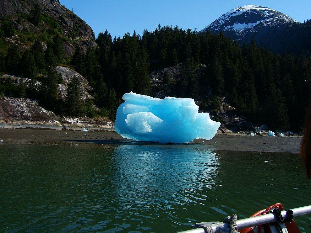 Голубой айсберг на берегу Аляски