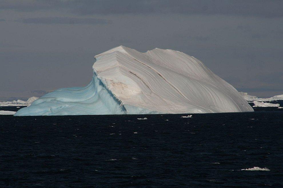 Голубой с одной стороны айсберг