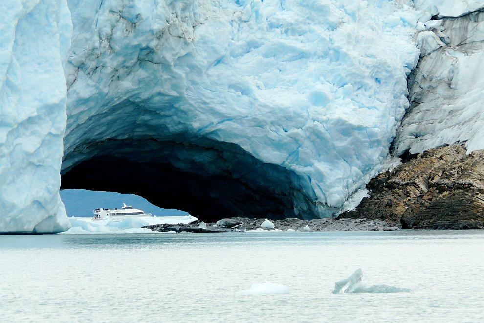 Тоннель в леднике Перито-Морено, Аргентина