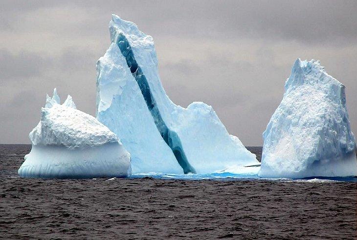 Айсберг с голубой полосой