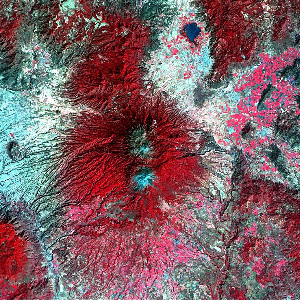 Снежная вершина вулкана Колима на западе Мексики