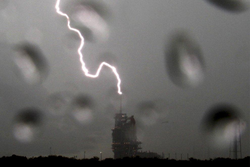 Разряд молнии вблизи шаттла на на мысе Канаверал