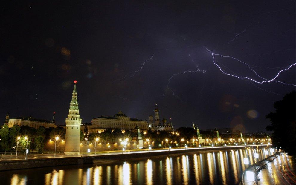 Молнии над Кремлем и Москвой-рекой