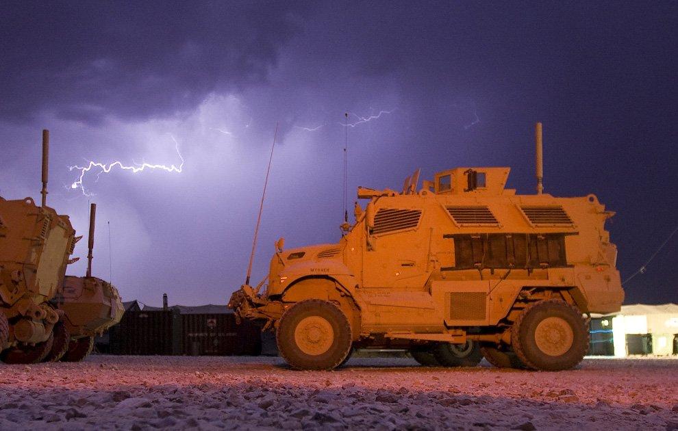 Молнии над американской военной базой в провинции Логар, Афганистан