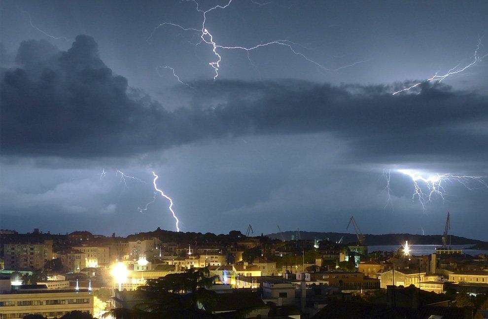 Вспышки освещают небо над городом Пу́ла, Хорватия