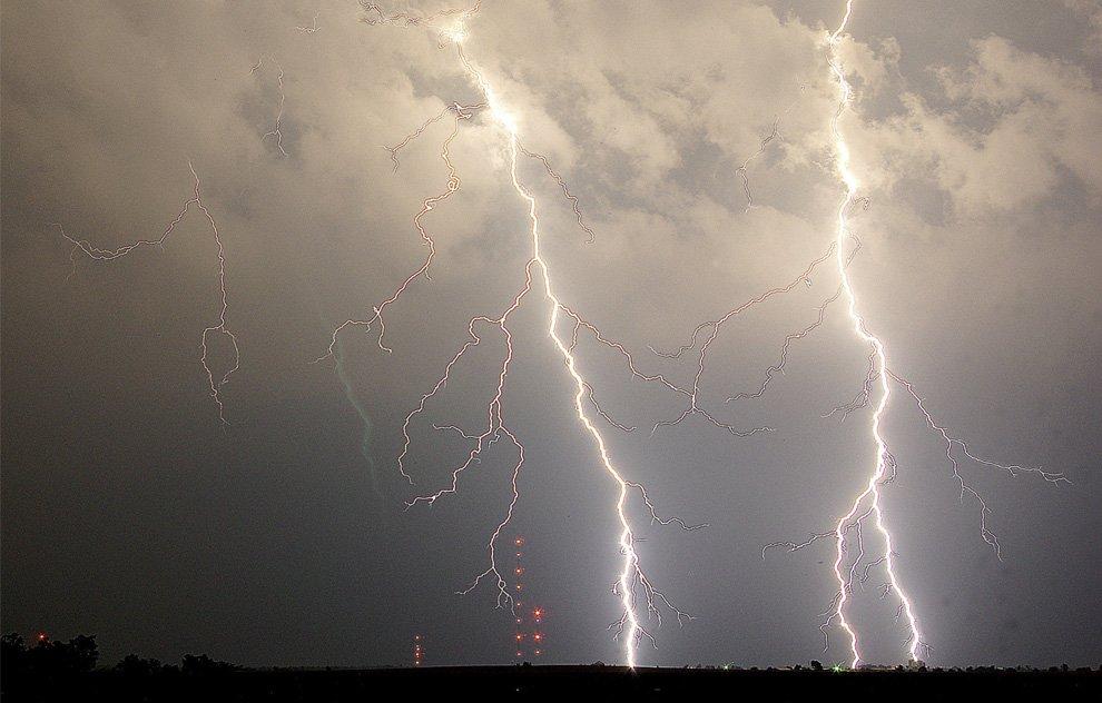 Молнии касаются земли в штате Канзас